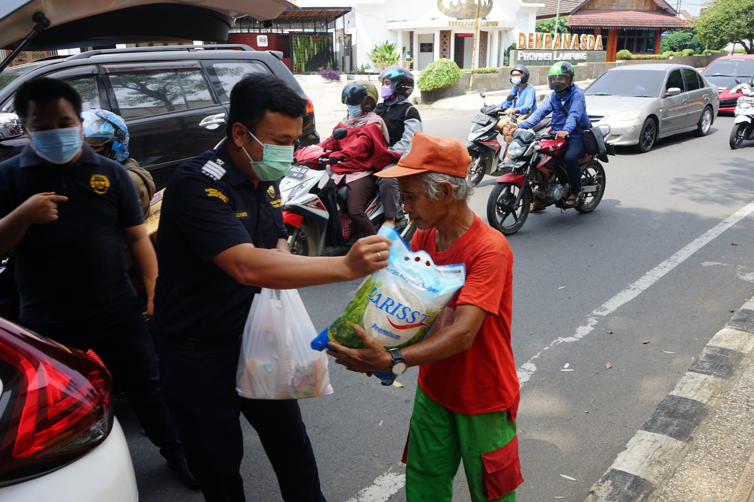 Dalam suasana Idul Adha, Bea Cukai Lampung Lanjutkan Kegiatan Jumat Berbagi